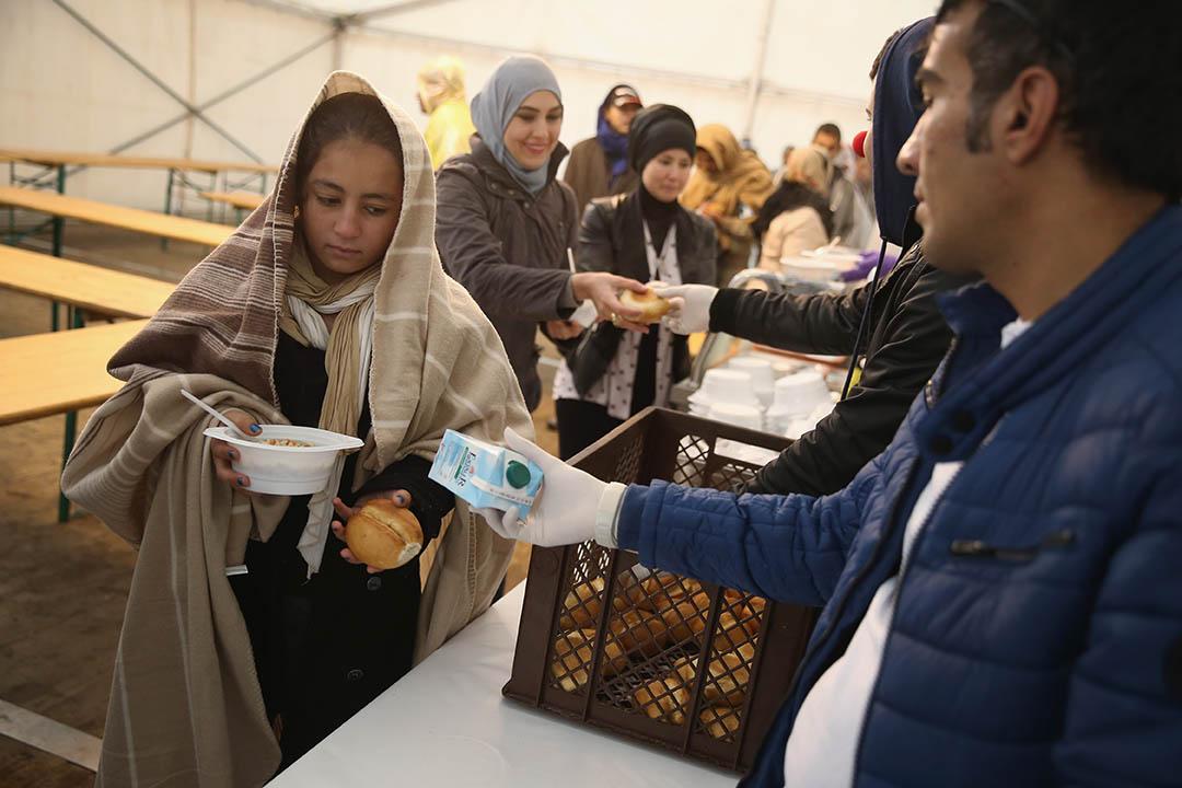 2015年10月8日,德國柏林,難民排隊領取食物。攝:Sean Gallup/Getty