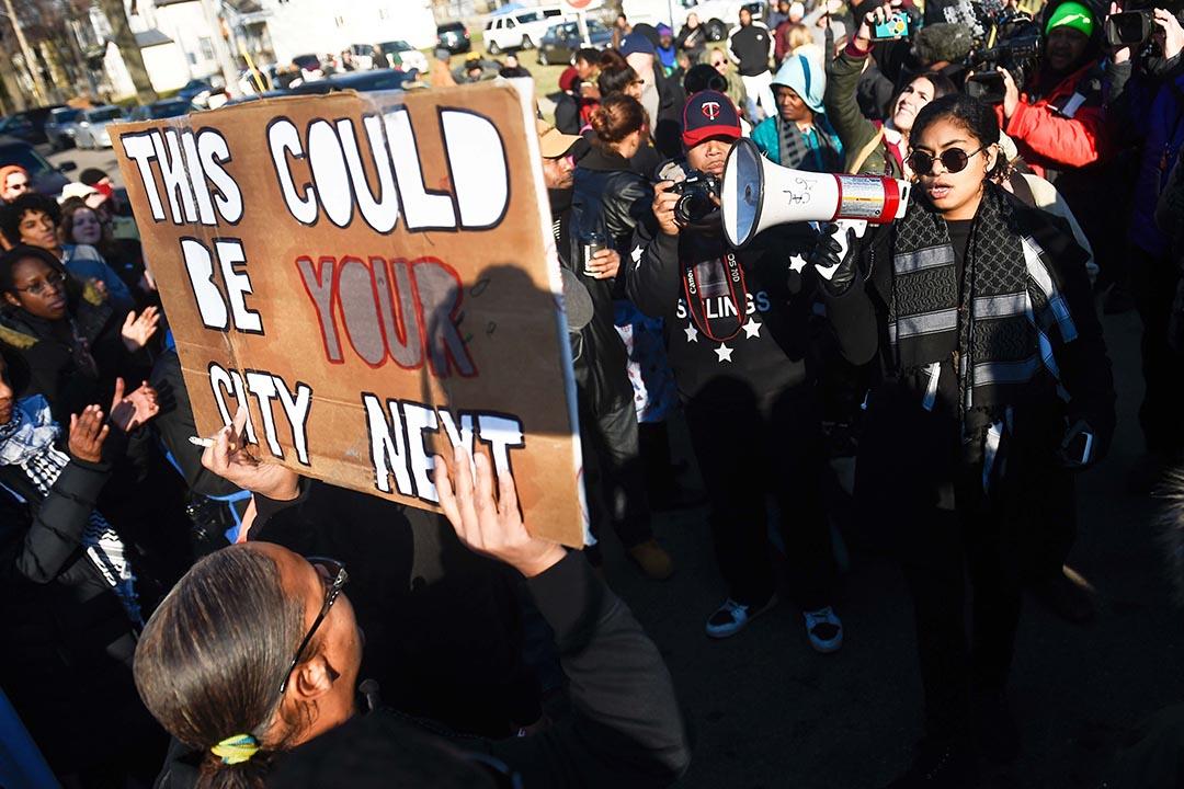 美國明尼蘇達州明尼阿波利斯(Minneapolis)市人權團體自本月15日發起持續遊行示威,抗議警員涉嫌射殺已被制服的黑人嫌犯,24日抗議者遭多名白人青年槍擊。 攝:Craig Lassig/REUTERS
