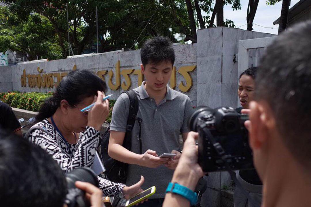 2015年10月12日,端傳媒攝影記者關學津(Anthony Kwan)到泰國曼谷法院應訊。 端傳媒照片
