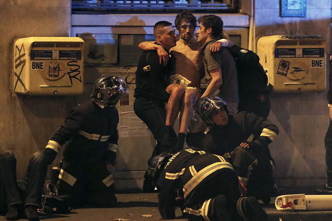 2015年11月13日,巴黎發生槍擊案,消防人員在Bataclan音樂廳附近為傷者進行急救。攝:Christian Hartmann/REUTERS