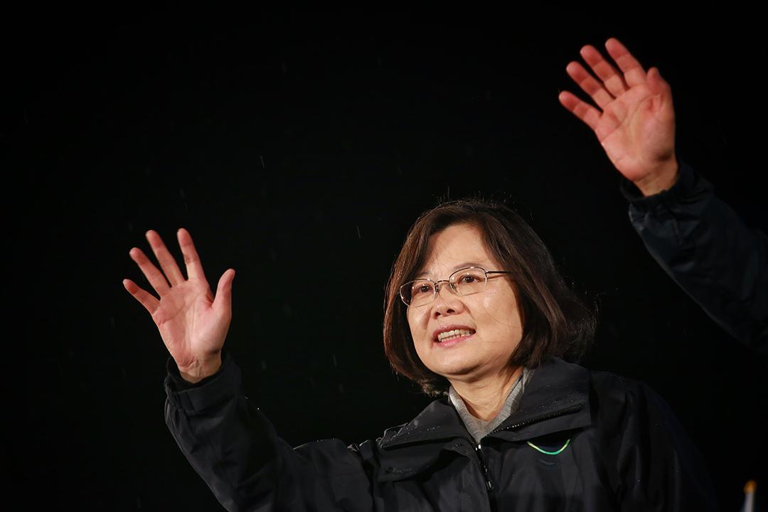 2016年1月15日,台北,民進黨總統候選人蔡英文在選前造勢大會上向群眾揮手。攝: Billy H.C. Kwok/ 端傳媒