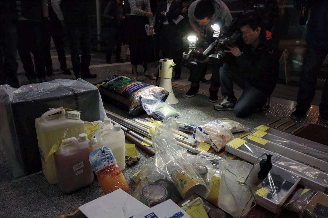 警方於葵涌打磚坪街一幢工廈單位內搜出的物品。攝:王嘉豪/端傳媒