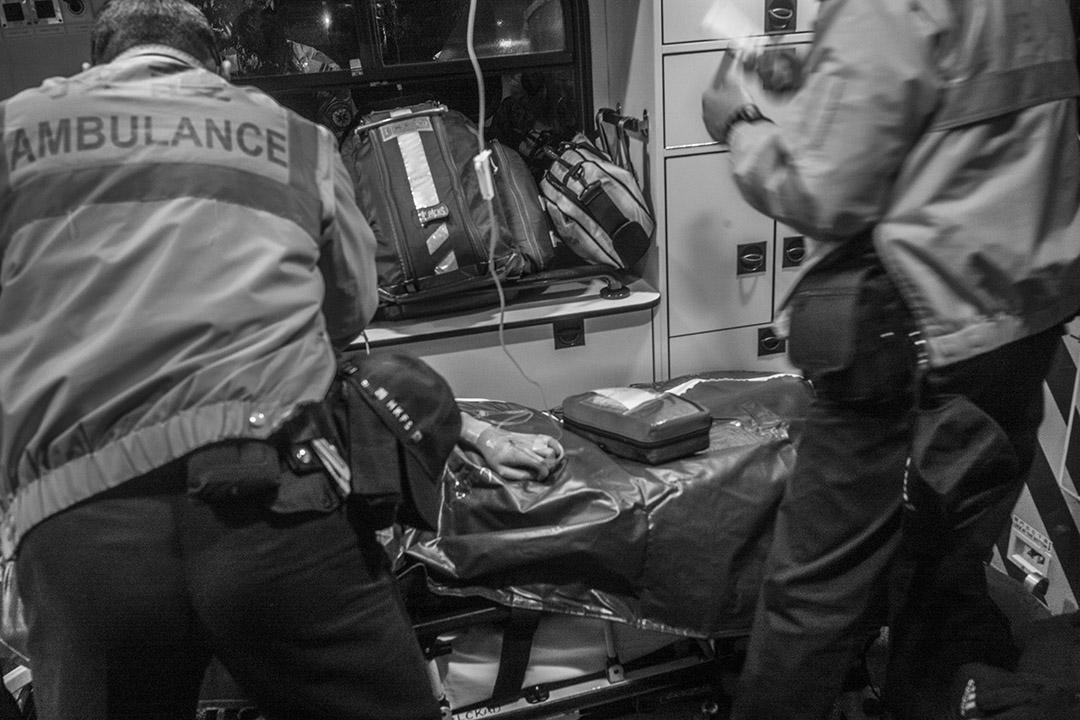 2016年1月24日,有傷者在救護車上接受治療。攝:林亦非/端傳媒