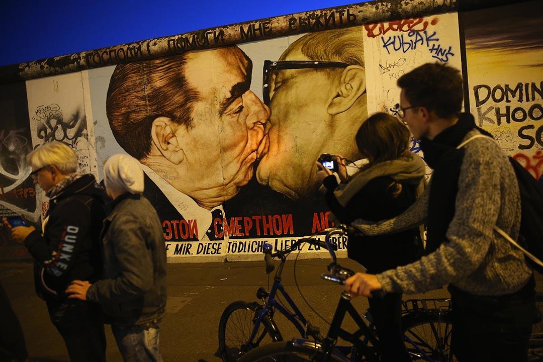 德累斯頓火車站抗爭後一個月不到,東柏林50萬人和平示威,柏林圍牆倒下,東德政權遂告瓦解。圖為柏林圍牆遺址。 攝:Sean Gallup/Getty
