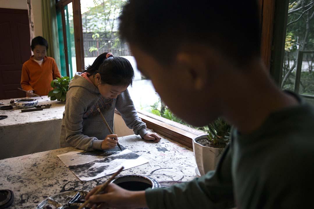 六年級的學生在學習畫水墨畫。攝:Wu Yue/端傳媒
