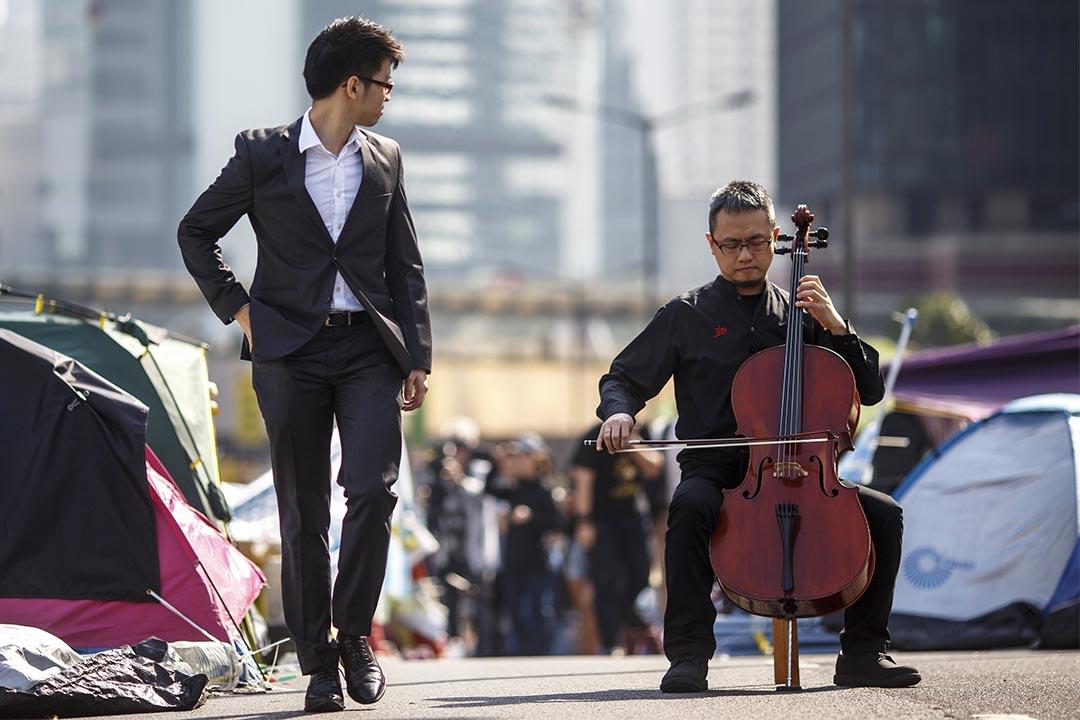 香港人對音樂的態度。以及無論是地下鐵還是地上的公共空間,處處受到不同的管制。攝:Athit Perawongmetha/REUTERS