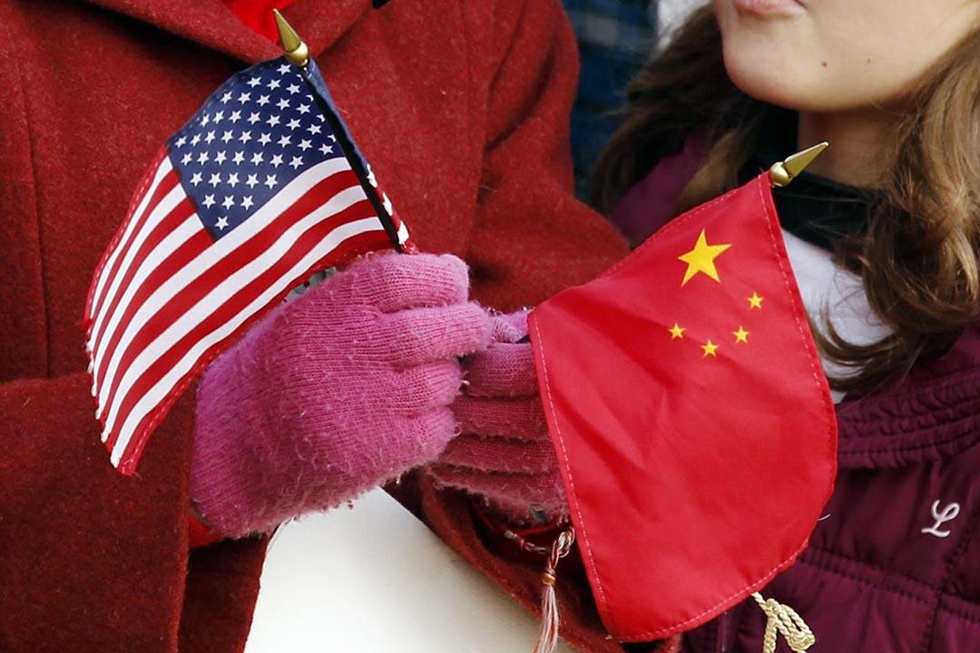 2011年,時任中國國家主席胡錦濤訪美時,華盛頓群眾持兩國國旗等候中美元首。攝:Kevin Lamarque/REUTERS