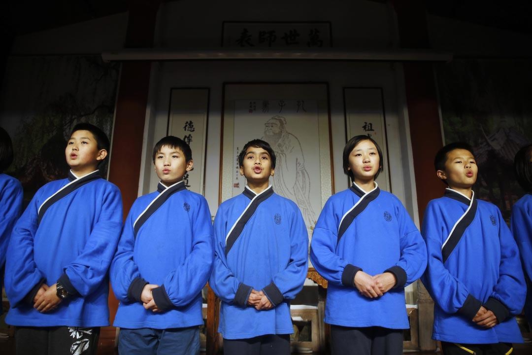 北京四海孔子書院的學生們在論語堂朗誦論語詩篇。攝:Wu Hao/端傳媒