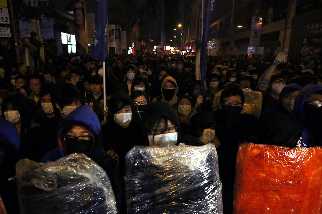 2016年2月9日,凌晨約一時半,多名示威者帶同盾牌及口罩在旺角朗豪坊外與警方對峙。攝:盧翊銘/端傳媒