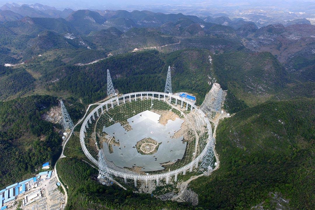 中國貴州省平塘縣克度鎮金科村,建造中的500米口徑球面射電望遠鏡(FAST)。攝:ChinaFotoPress/Getty