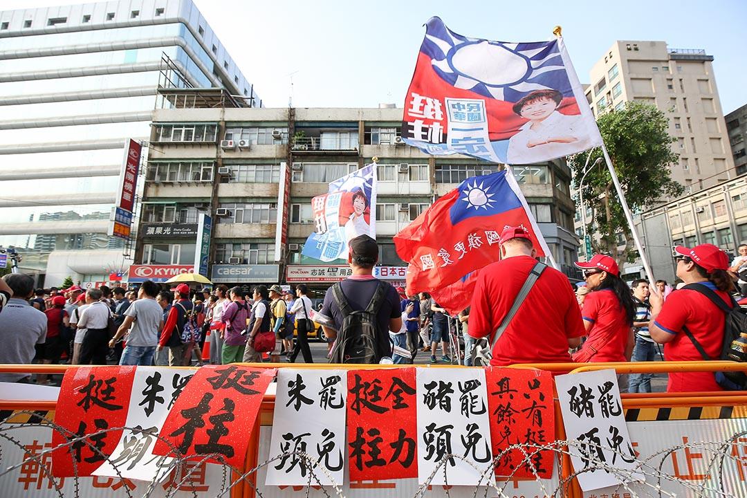 2015年10月7日,支持洪秀柱的民眾集結在國民黨中央黨部外表達支持洪秀柱參選。攝 : 張國耀/端傳媒