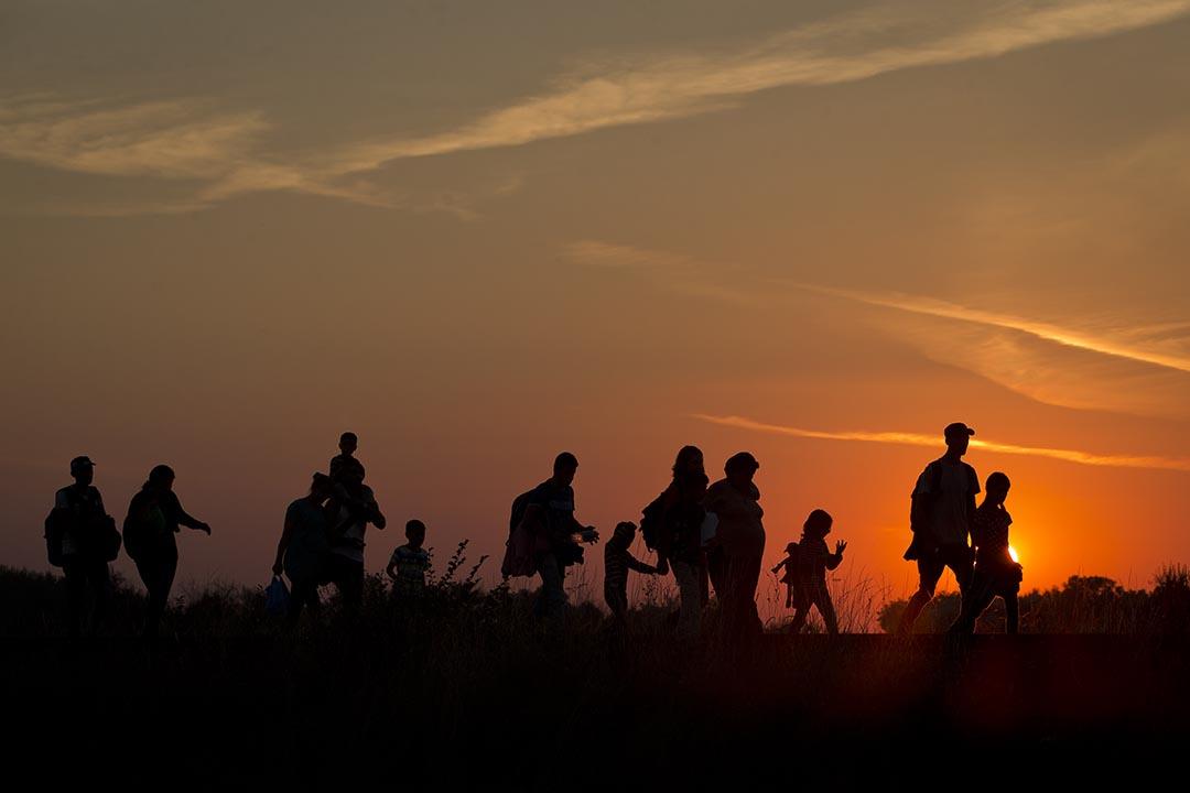 來自中東的難民沿塞爾維亞鐵路軌道行走。攝 : Darko Bandic/AP