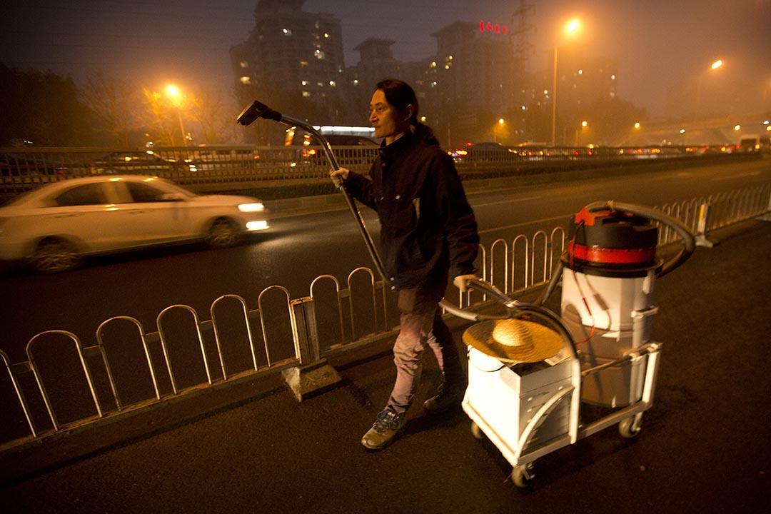 藝術家「堅果兄弟」在高速公路上用吸塵器收集空氣中的塵埃。攝:Mark Schiefelbein/AP