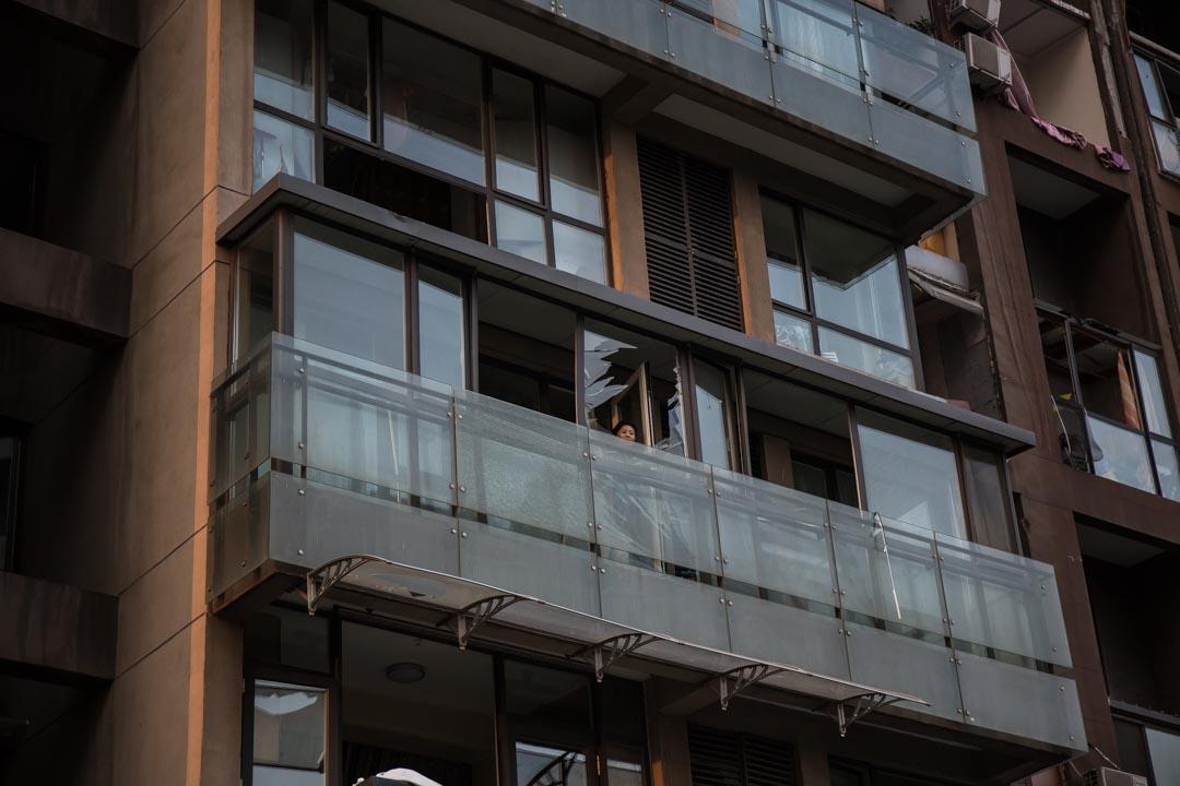 一名市民在住宅露台觀看。攝 : Billy H.C. Kwok/端傳媒