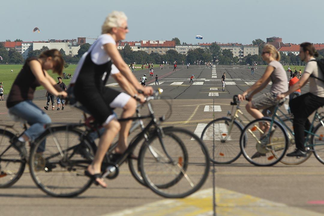 市民在舊機場跑道上騎單車。攝:Sean Gallup /getty