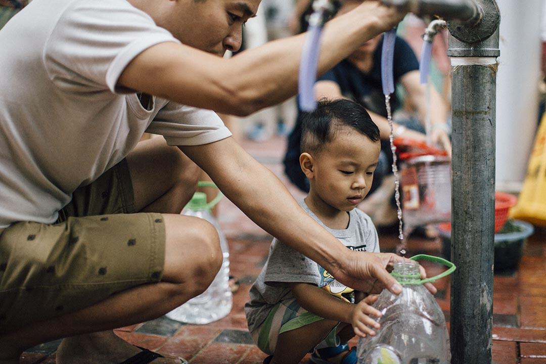 2015年7月13日,受鉛水事件影響的九龍灣啟晴邨居民在街喉取水。攝:Anthony Kwan/端傳媒