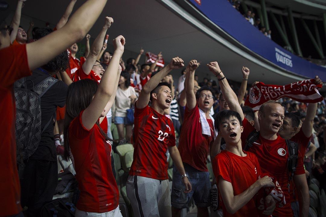 香港球迷在比賽0:0結束後歡呼喝采。攝 : 葉家豪/端傳媒