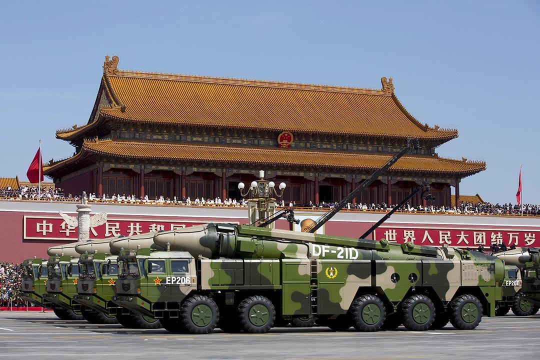 2015年9月3日,中國解放軍在北京舉行的閱兵儀式上展示DF-21D反艦彈道導彈。圖為運載該導彈的裝甲車經過天安門廣場。攝:Andy Wong/REUTERS