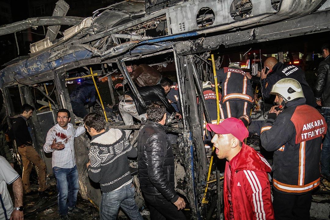 3月13日晚上6點40分左右,土耳其首都安卡拉一處交通樞紐發生自殺式汽車爆炸襲擊,造成至少34人死亡。攝 : Elif Sogut/GETTY