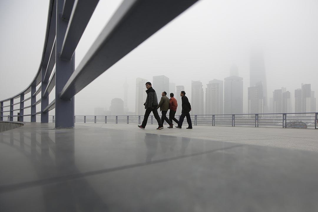 幾名市民在中國上海浦東附近的金融區。攝:Aly Song/ REUTERS