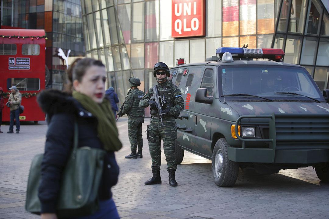 早前一度有消息指,北京三里屯在聖誕前後會有極端分子針對外國人發動恐襲,24日當天可見有武警加強戒備。攝:Jason Lee/REUTERS