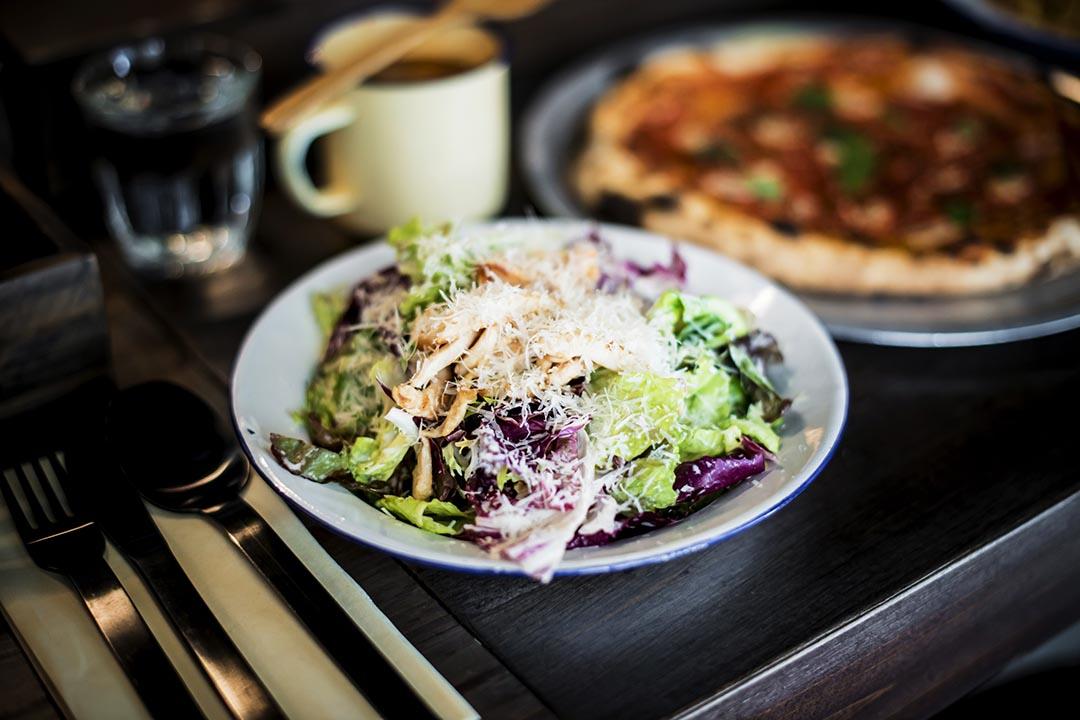 Chicken Caesar Salad $90,見到這五顏六色像座山的大沙律,小朋友就開心。各式沙律菜,拌以鮮制凱撒沙律醬,新鮮又清香。還有炒雞柳在內,味道不會寡呢!攝:Keith Tsuji/ 端傳媒
