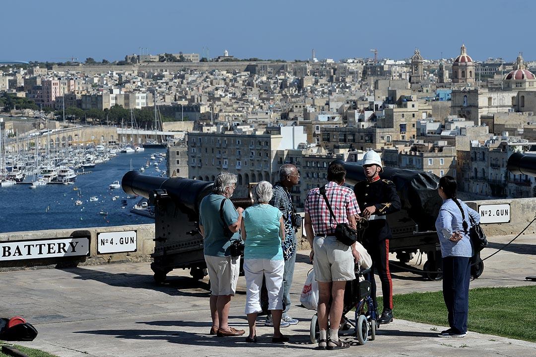 在馬耳他的聖彼得堡壘,旅客和禮砲手交談。攝 : Sascha Steinbach/GETTY