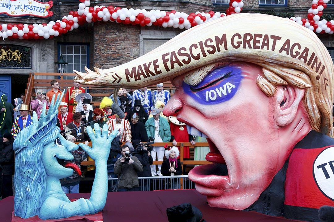德國嘉年華會展示著不同的紙牌模型,當中包括美國共和黨總統候選人特朗普。攝:Ralph Orlowski/REUTERS