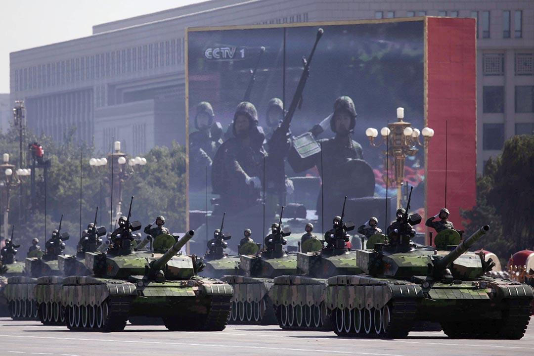 建國60週年閱兵儀式,人民解放軍的坦克通過天安門廣場。攝: Nir Elias/REUTERS