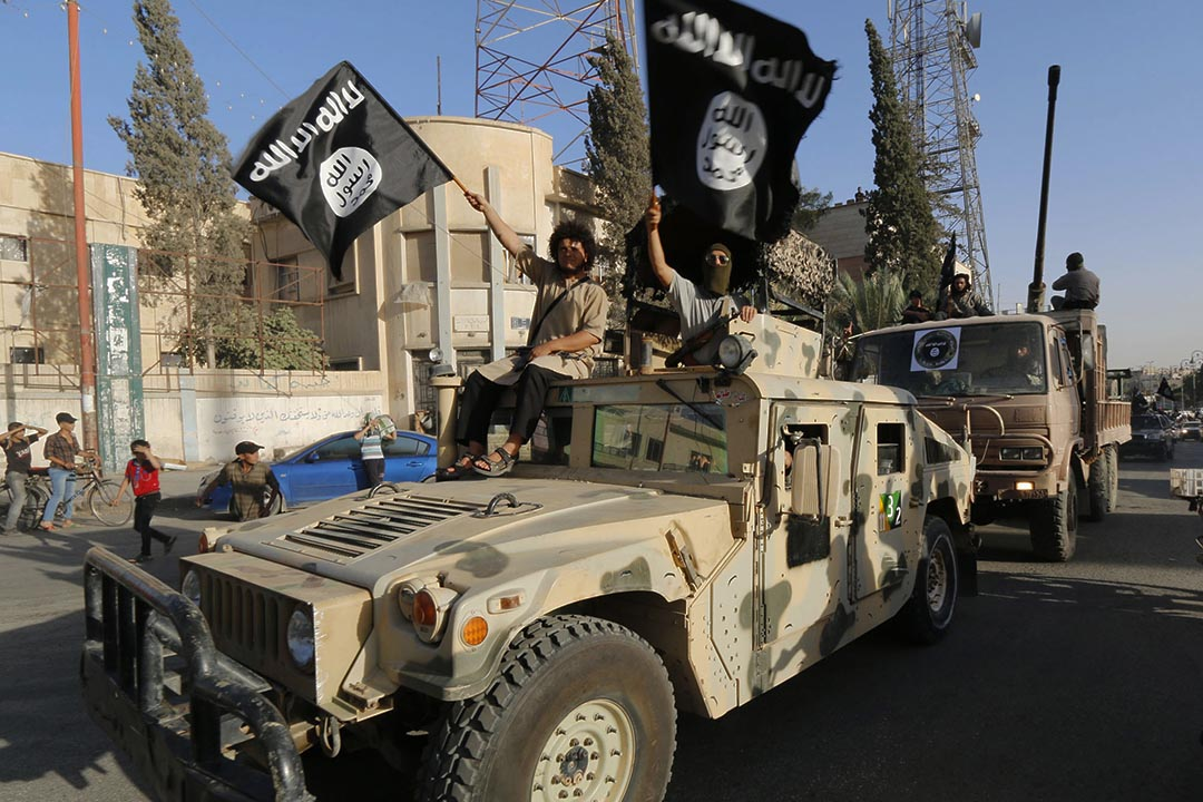 敘利亞北部拉卡,激進伊斯蘭國武裝分子在街道上揮舞伊斯蘭國旗幟。攝:Stringer/REUTERS