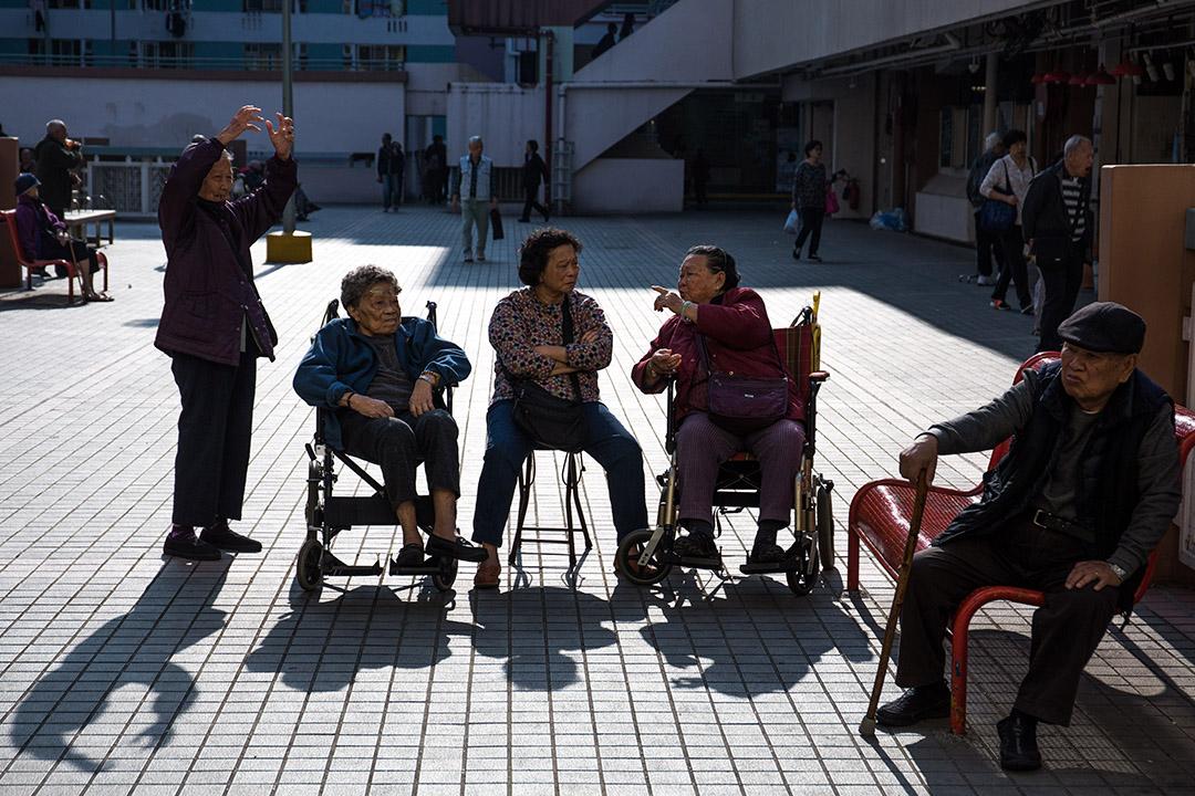 2016年1月7日,香港,老人在沙田屋邨的平台休息。攝:盧翊銘/端傳媒