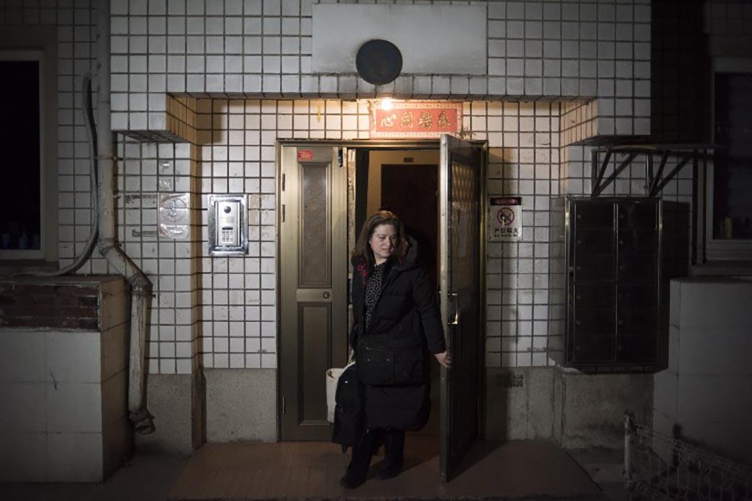 郭玉離開在北京的住所,準備去機場離開中國。攝 : Fred Dufour/AFP