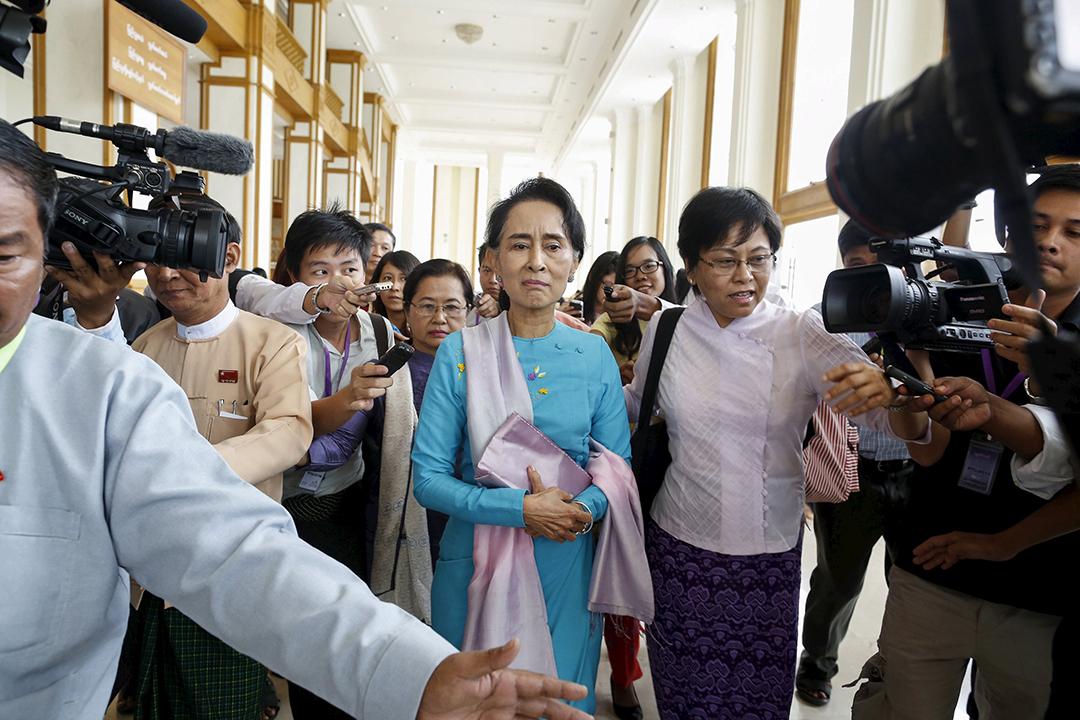 2015年8月18日,緬甸反對派領袖昂山素姬在國會被記者追訪。攝:Soe Zeya Tun/REUTERS