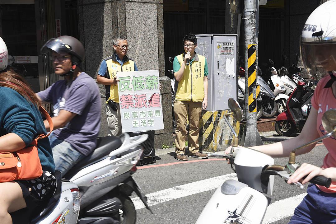 2015年6月,綠黨桃園市議員王浩宇當選後在中壢做地區工作。攝:陳宏岱/端傳媒