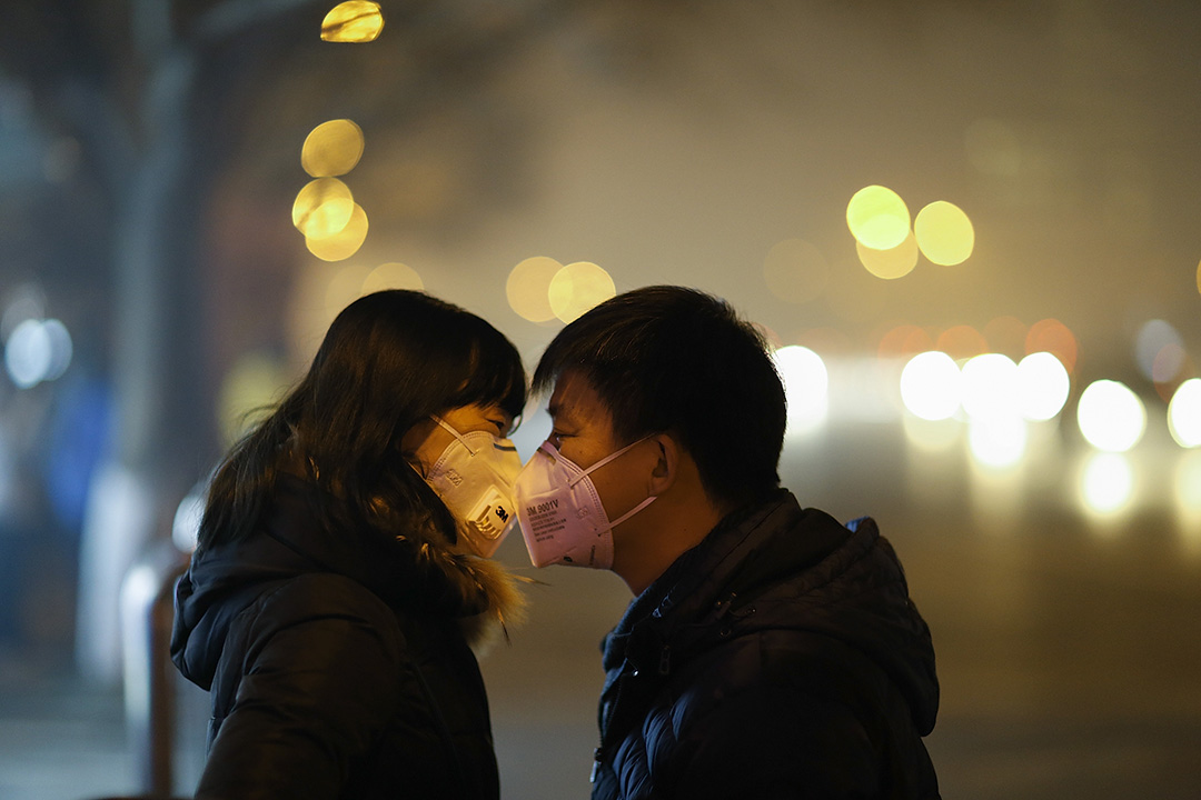 一對情侶隔了口罩也能親吻。 攝:Lintao Zhang/GETTY