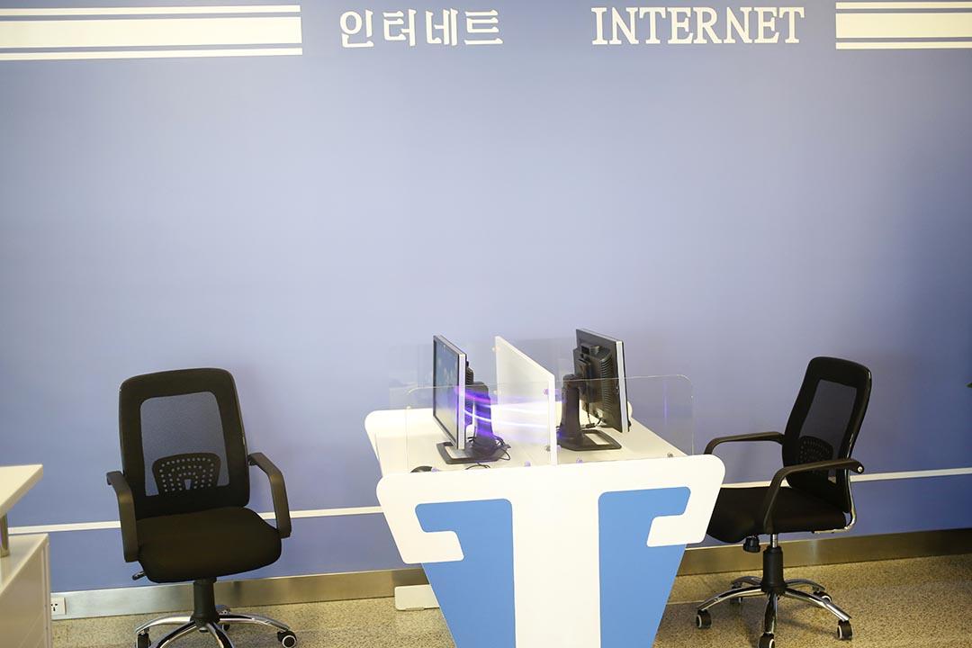 平壤機場網絡室中的公共電腦,鍵盤被取走。攝 : Dita Alangkara/AP