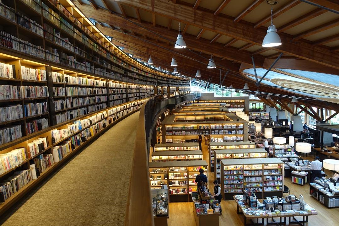 武雄市圖書館裏高達四米的書墻。攝:林琪香
