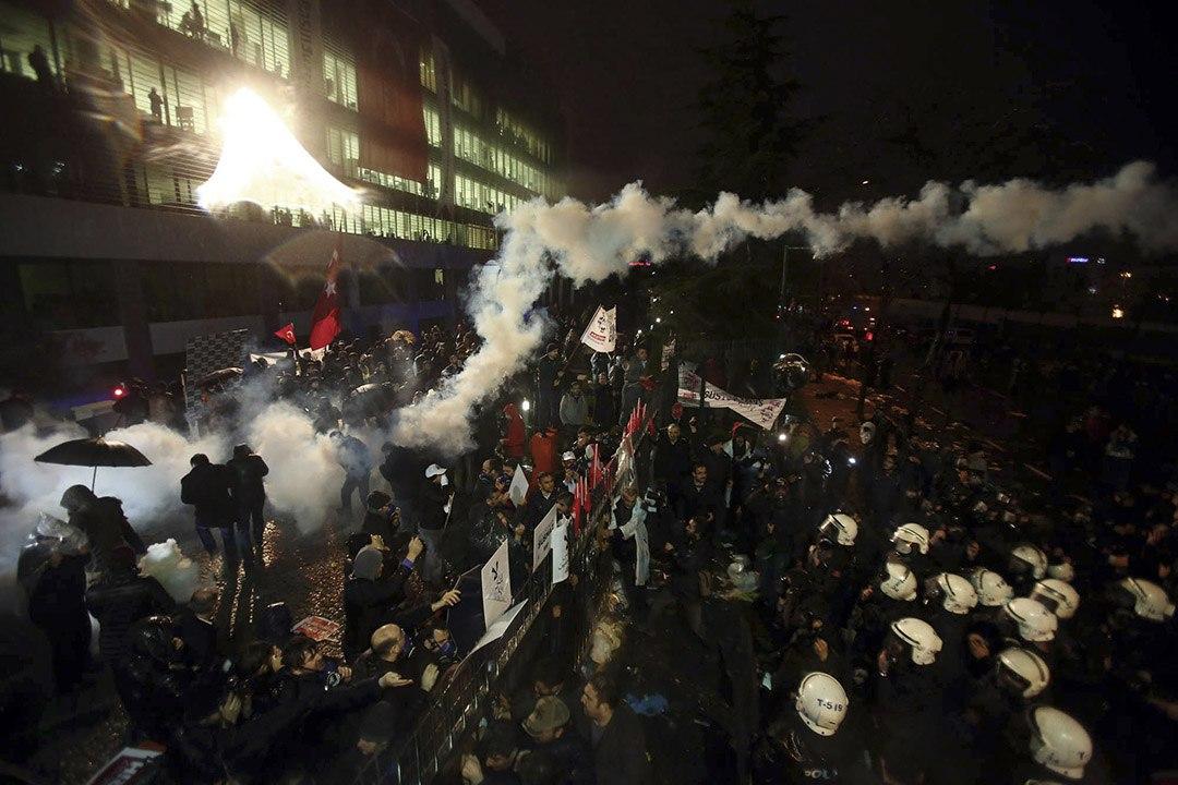 防暴警察施放催淚瓦斯驅趕示威者。攝:AP