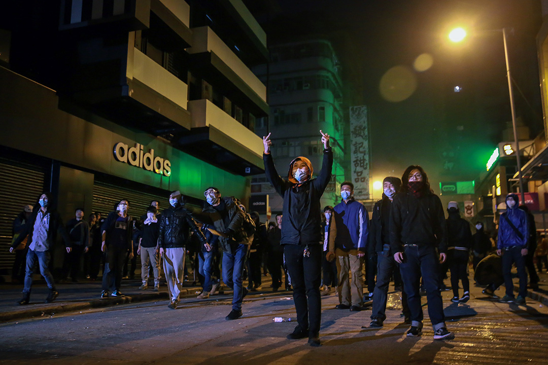2016年2月9日,旺角,早上6時許,警方「特別戰術小隊」(速龍小隊)從彌敦道往豉油街方向推進,示威者後退,並投擲磚塊阻止警方前進。 攝:Billy H.C. Kwok/端傳媒