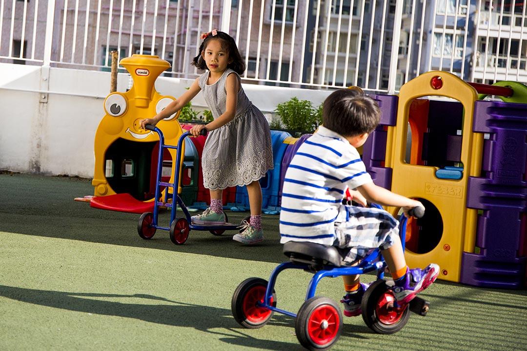 大部分玩意是設計給幼稚園學生,所以較適合6歲以下小朋友玩耍。這遊樂場周一至五4:30後,周六日及公眾假期全日開放,入場費20元便可任玩。    攝:羅國輝/端傳媒