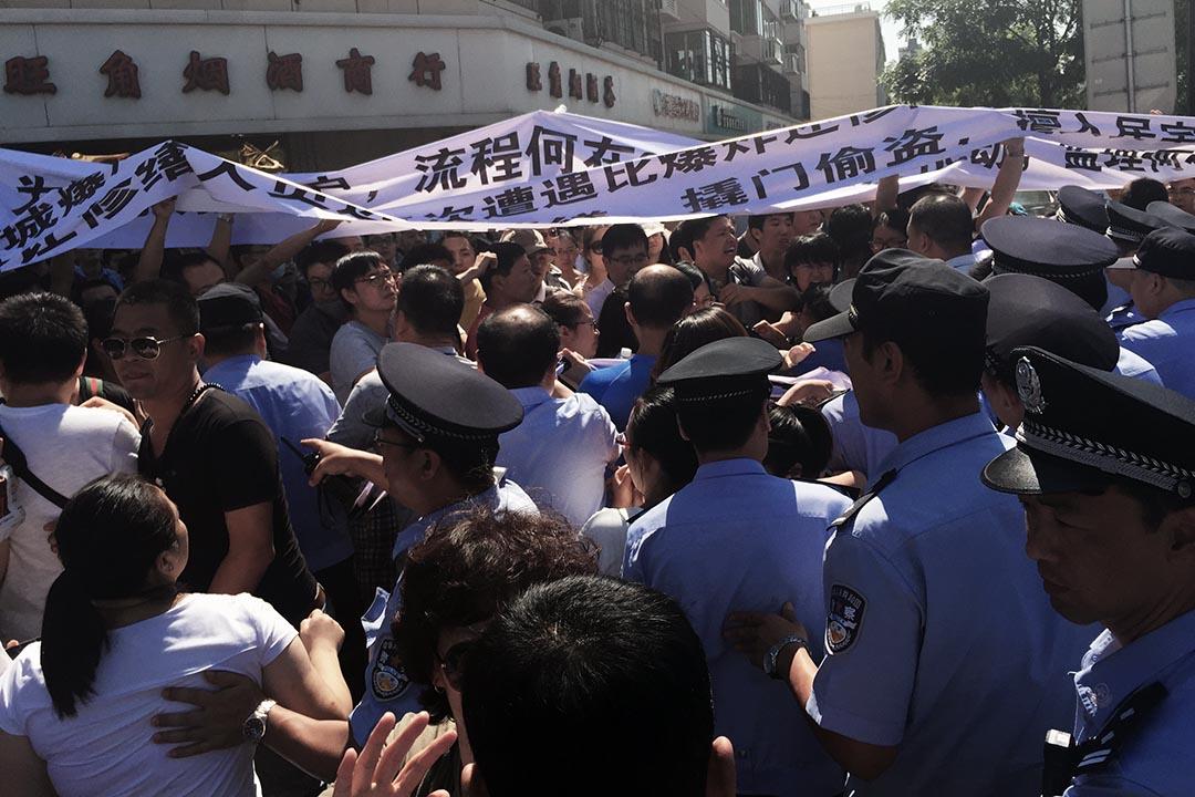 示威者在市政府正對面的路口處與警察發生衝突。攝 : Wu Hao/端傳媒