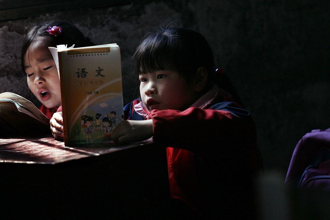 中國湖北省武漢一間小學,學生在課室上念書。攝:China Photos/Getty