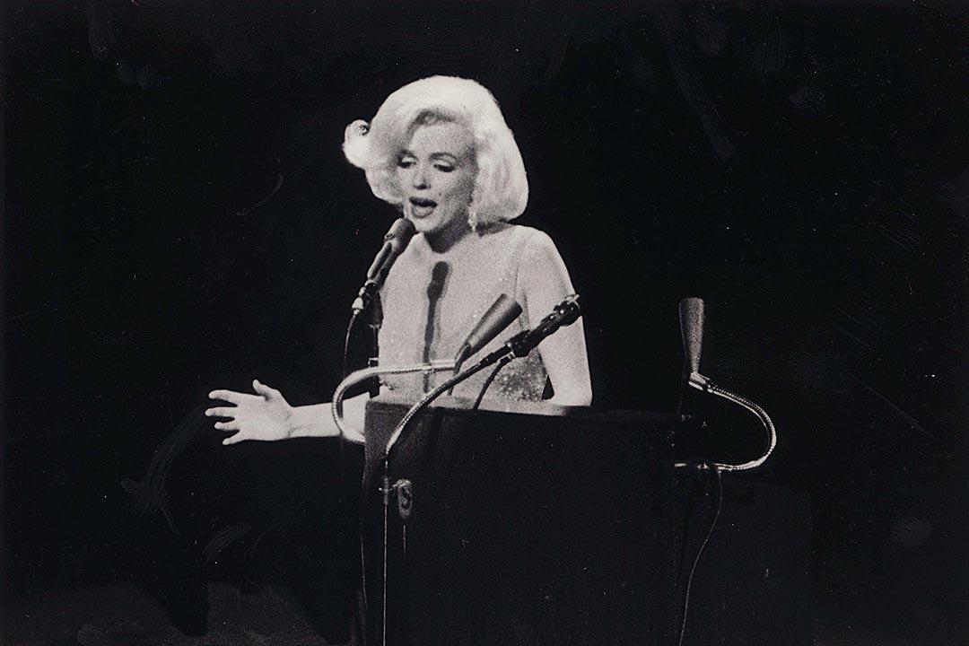 1962年,瑪麗蓮夢露在時任美國總統甘迺迪生日晚宴上獻唱《總統先生,生日快樂》。攝:The Kobal Collection