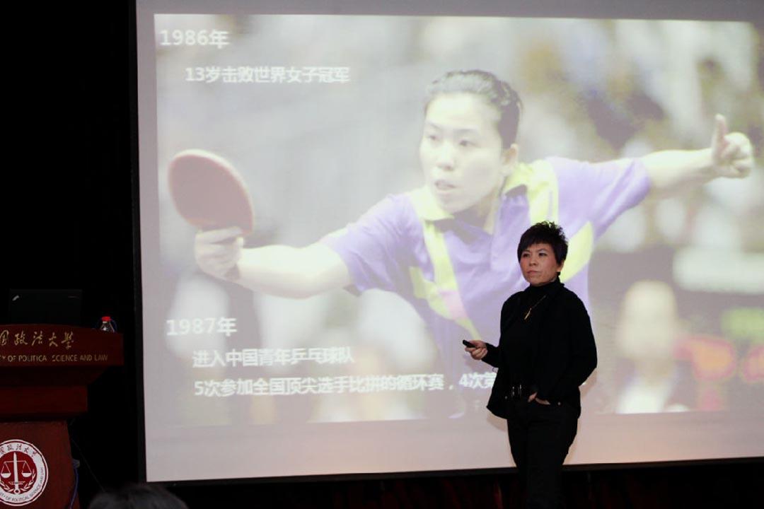 12月2日,鄧亞萍作為歐美同學會第六屆理事會副會長,在中國政法大學做主題為《報效祖國 成就夢想》的專題報告。攝 : 中國政法大學新聞網