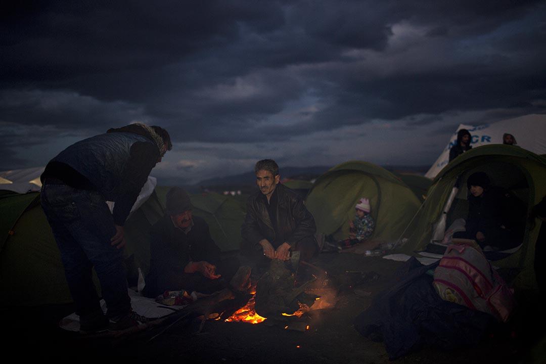 2016年2月24日,伊拉克難民於希臘和馬其頓邊境搭起營火。攝:Petros Giannakouris/AP