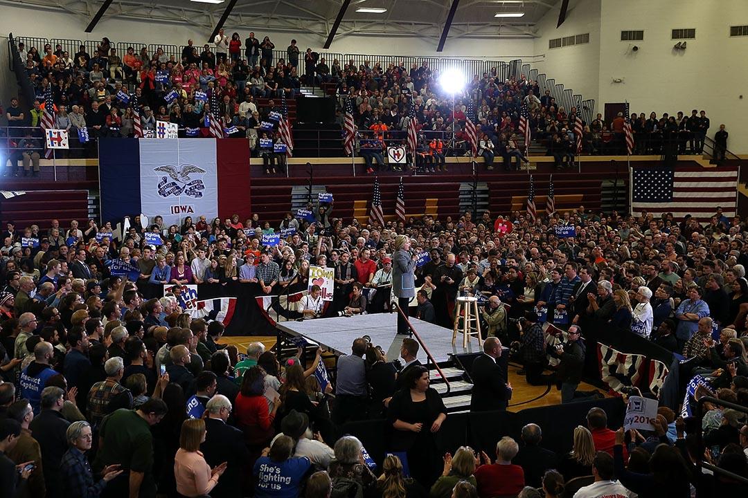 希拉莉在艾奧瓦州預選前的一個造勢晚會。攝 : Justin Sullivan/GETTY