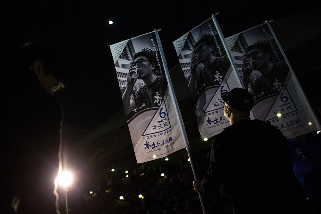 2016年2月20日,「本土民主前線」候選人梁天琦在沙田舉行造勢大會,義工在大會開始前佈置場地。攝:盧翊銘/端傳媒