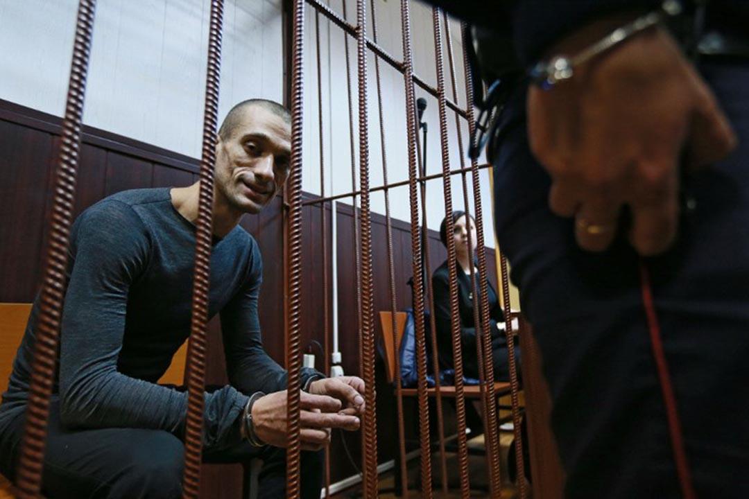 2015年10月11日,俄羅斯異議藝術家帕夫倫斯基(Pyotr Pavlensky)在莫斯科一間法庭的犯人欄內候審。攝:Anton Denisov/RIA Novosti