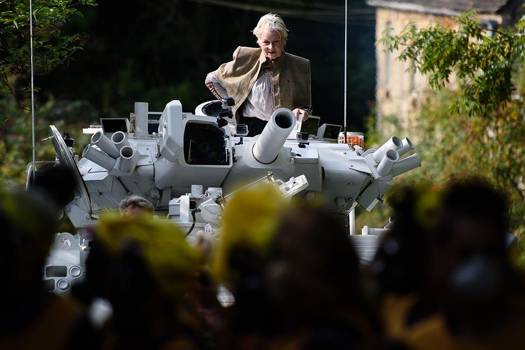 時裝設計師和環保運動支持者薇薇安·魏斯伍德(Vivienne Westwood)乘坐一輛坦克到英國首相卡梅倫的家外示威。攝: Leon Neal/AFP