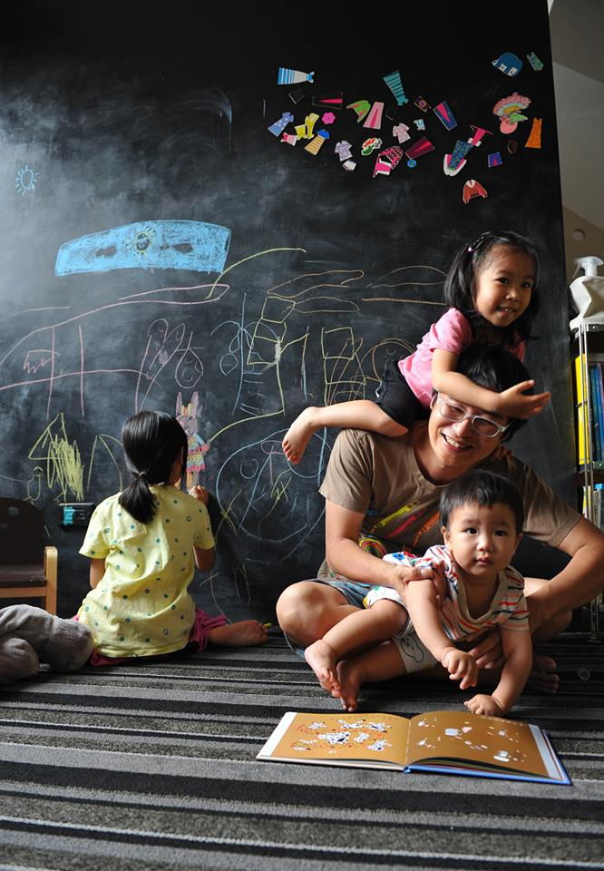 賴馬是台灣著名的繪本作家,家裏有一幅牆壁任孩子創作,卻從不教孩子畫畫。他跟家長們分享他的創作源頭,要讓孩子徹底的無聊。(圖片由賴馬提供,攝影/親子天下黃建賓)